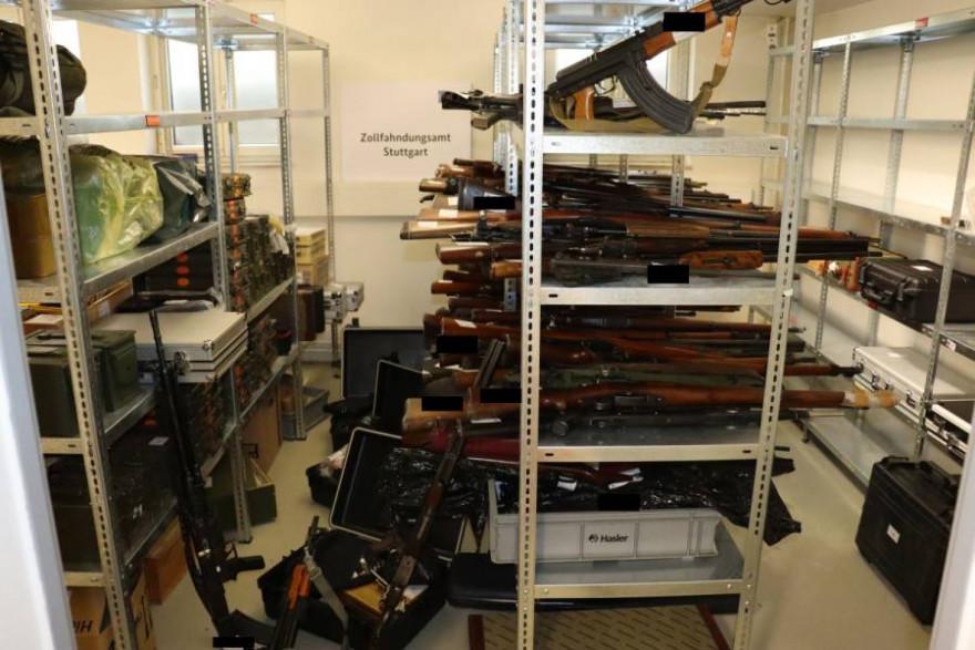 Bild 2 - Die sichergestellten Waffen nebst Munition (Quelle: Zollfahndungsamt Stuttgart)