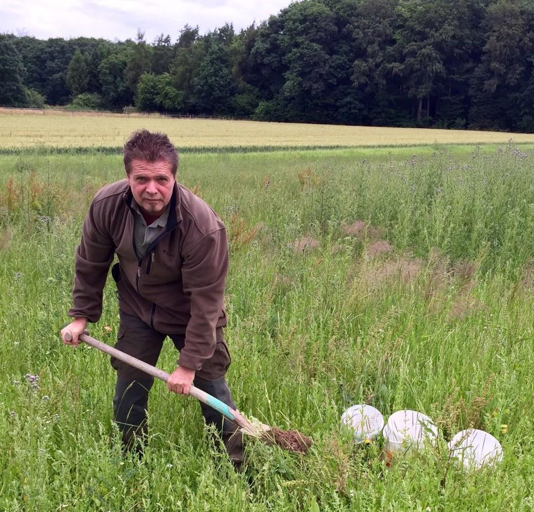 Ralf Schmidt bei der Arbeit auf dem Wildacker