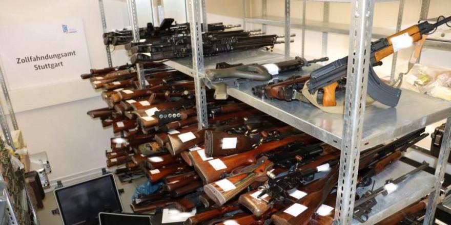 Die sichergestellten Waffen nebst Munition (Quelle: Zollfahndungsamt Stuttgart)