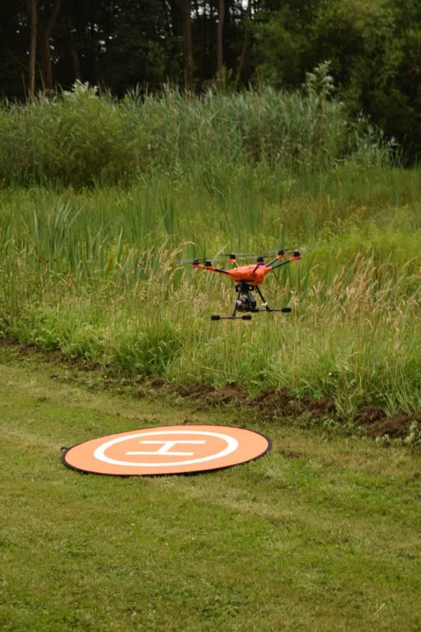 Drohne mit Wärmebildkamera startet zur Kitzsuche (Foto: R.Hartwig, LJV SH)