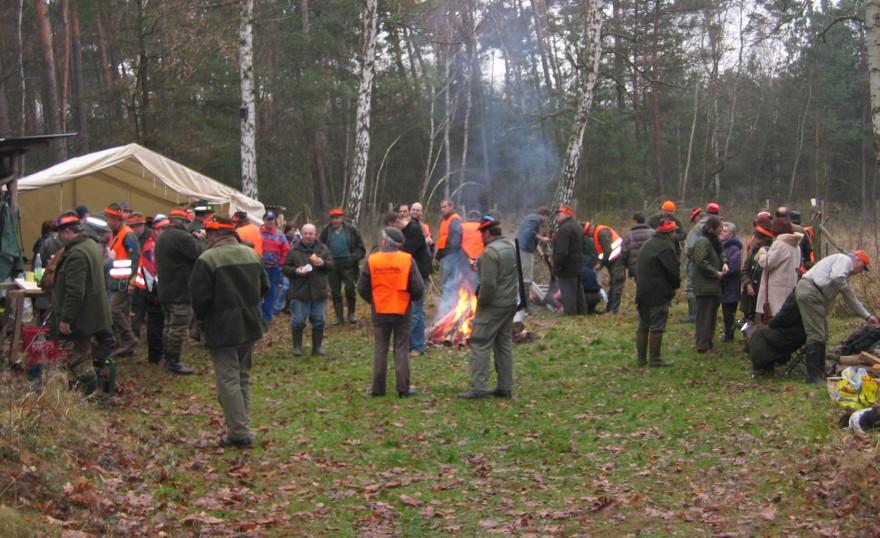 Jäger nach einer Jagd am Lagerfeuer