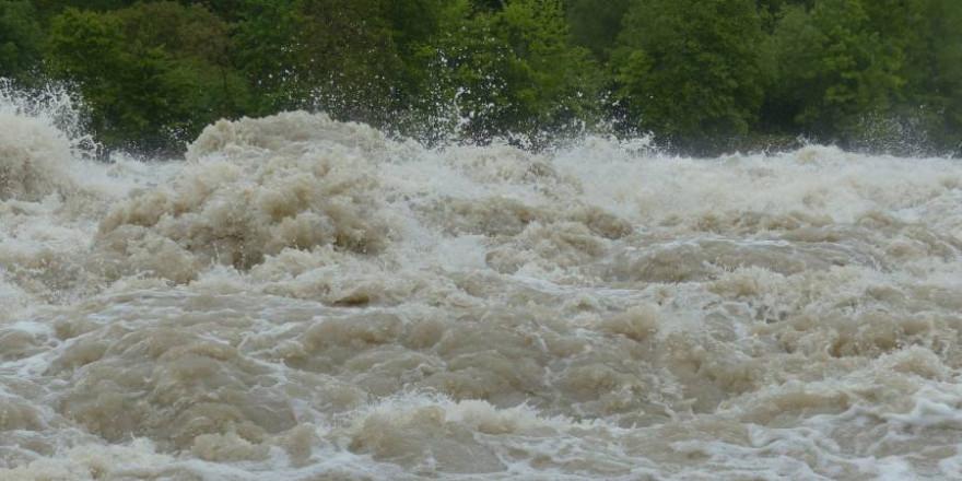 Aufbrandendes Wasser (Symbolbild: Hans Braxmeier)
