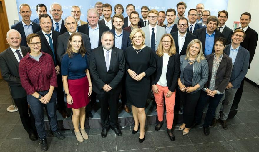 Bundesministerin Julia Klöckner mit den Mitgliedern des Kompetenznetzwerks