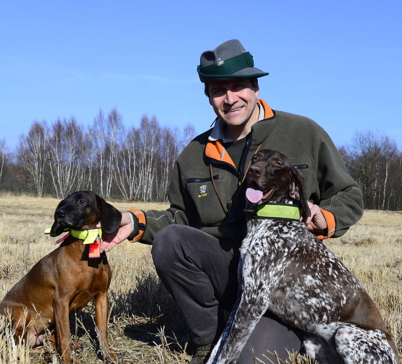 Berufsjäger Ulf Muuß mit seinem Diensthund, einem Deutsch-Kurzhaar, und seinem Bayerischen Gebirgsschweißhund, der bei Nachsuchen zum Einsatz kommt