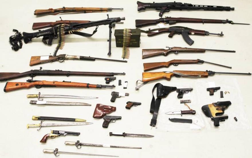 Dieses Sammelsurium an Waffen und Munition wurde von der Polizei bei den Verdächtigen gefunden (Foto: Polizei)