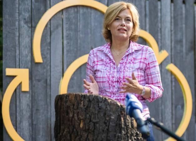 Bundesministerin Julia Klöckner bei einer Rede zur Auftaktveranstaltung der Deutschen Waldtage 2020 im Grunewald. (Foto: ©BMEL/Xander Heinl/phtothek)