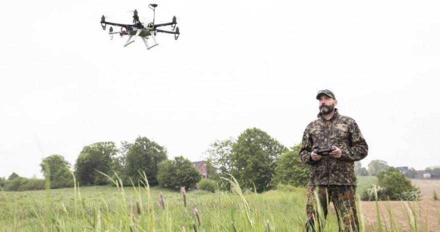 Seit Ende März 2021 fördert das BMEL die Anschaffung von Drohnen mit Wärmebildtechnik zur Kitzrettung. (Quelle: Czybik/DJV)