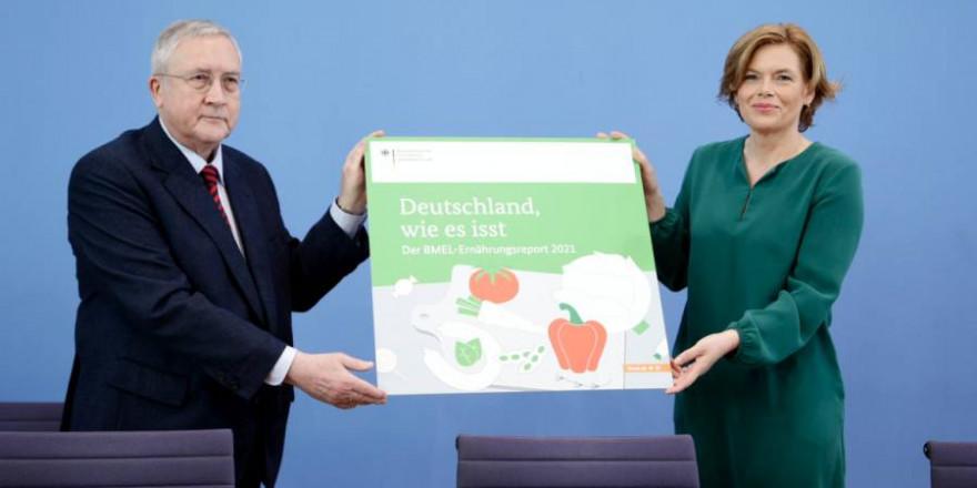Bundesministerin Julia Klöckner und Prof. Manfred Güllner (forsa) bei der Vorstellung des Ernährungsreports 2021 am 19.5.2021 in Berlin (© BMEL/Janine Schmitz/photothek.net)