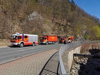 Die Feuerwehr rückte mit dem HLF, dem GW-L und der DLK zu der Tierrettung aus (Foto: Feuerwehr Plettenberg)