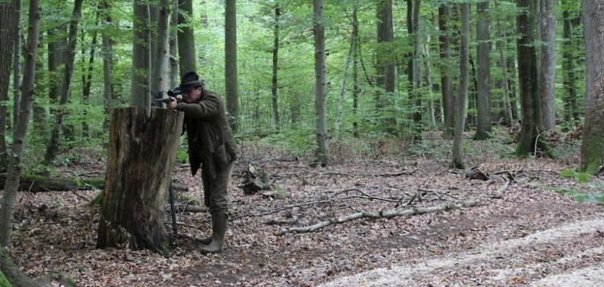 Baumstubbe oder Wurzelstöcke am Rande des Pirschwegs eignen sich zur Gewehrauflage