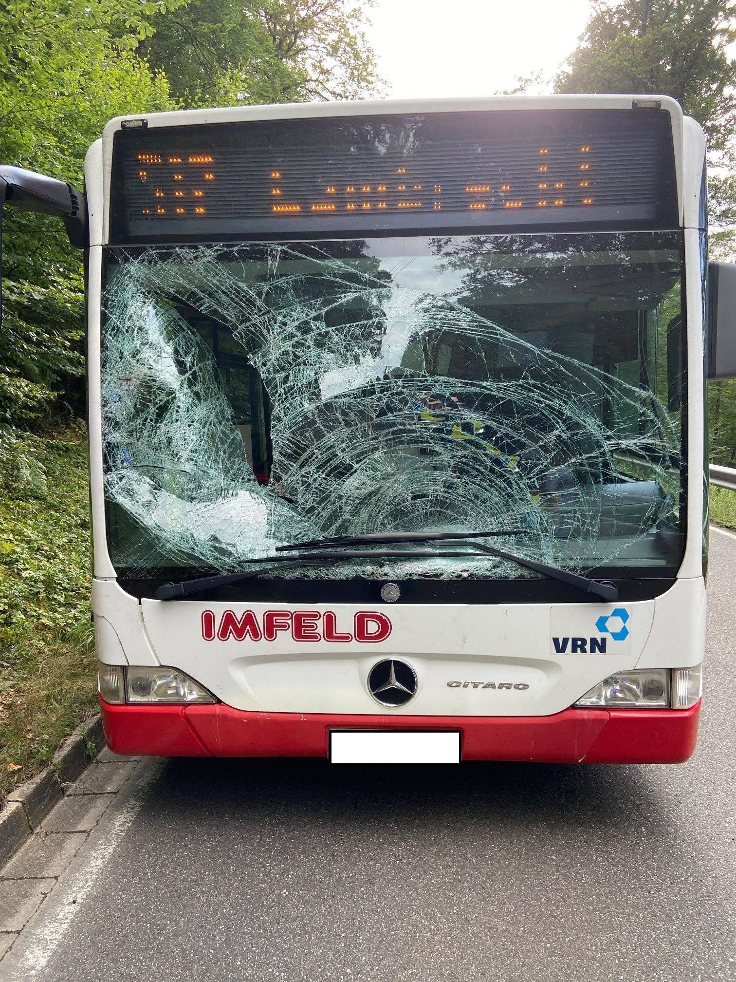 Der schwer beschädigte Bus (Foto: Polizei)