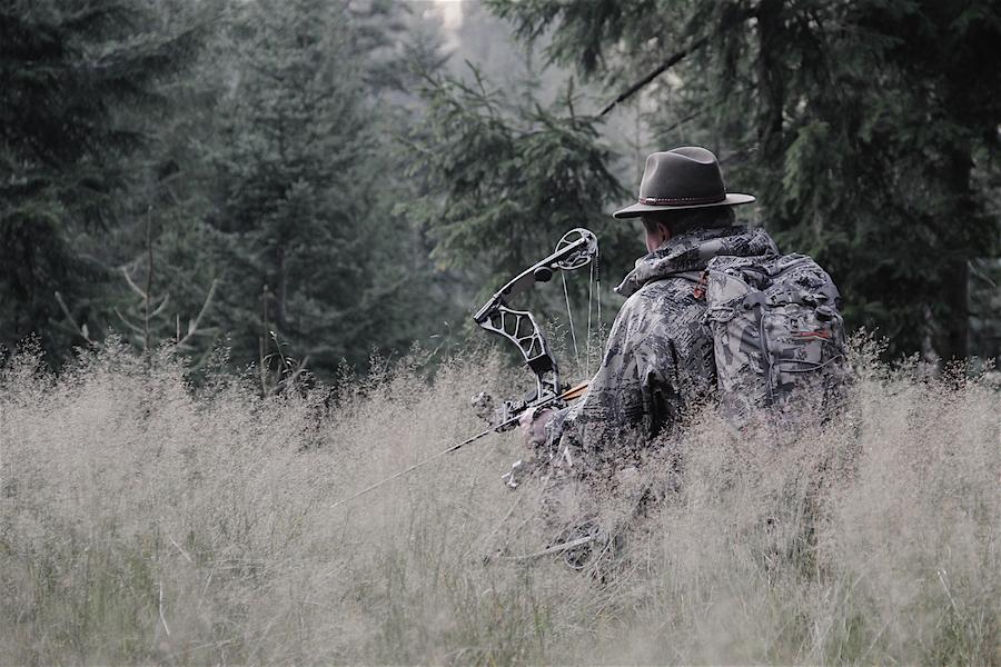 Jäger mit einem modernen Compoundbogen auf der Pirsch (Foto: Ran Riedel)