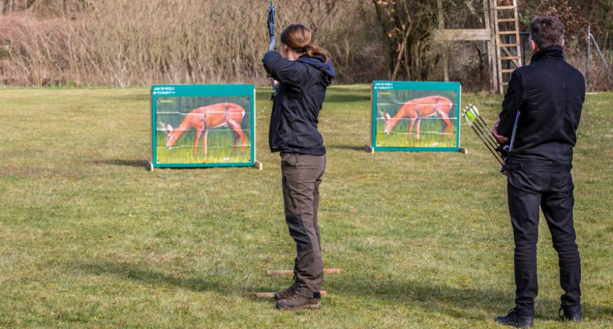 Angehende Bogenjägerin beim Schuss auf die 2D-Rehbockscheibe (Foto: DBJV)