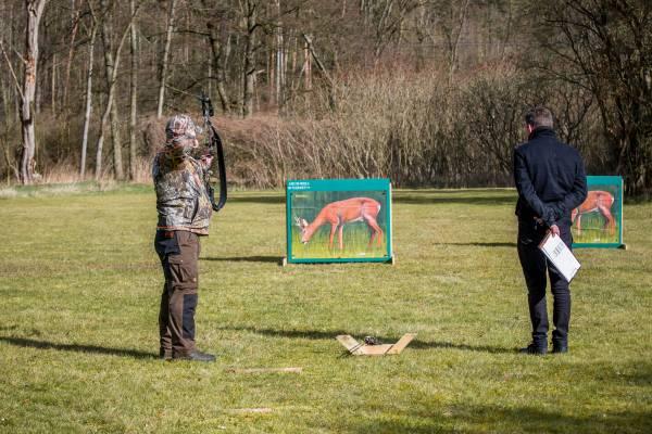 Angehender Bogenjäger beim Schuss auf die 2D-Rehbockscheibe(Foto: Falk Hennings/DBJV)