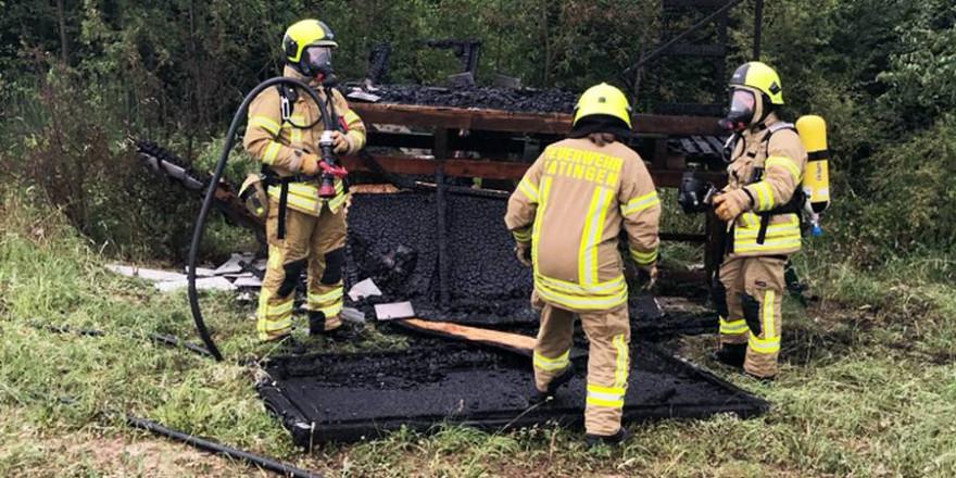 Die Feuerwehr konnte das Abbrennen des Jagdhochsitzes nicht mehr verhindern. (Foto: Polizei)