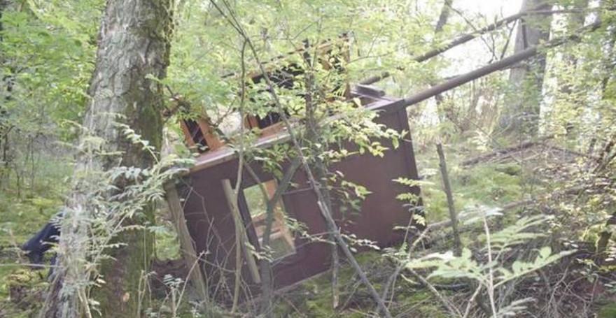 Einer der umgeworfenen Hochsitze am Immenweg (Foto: Polizei)