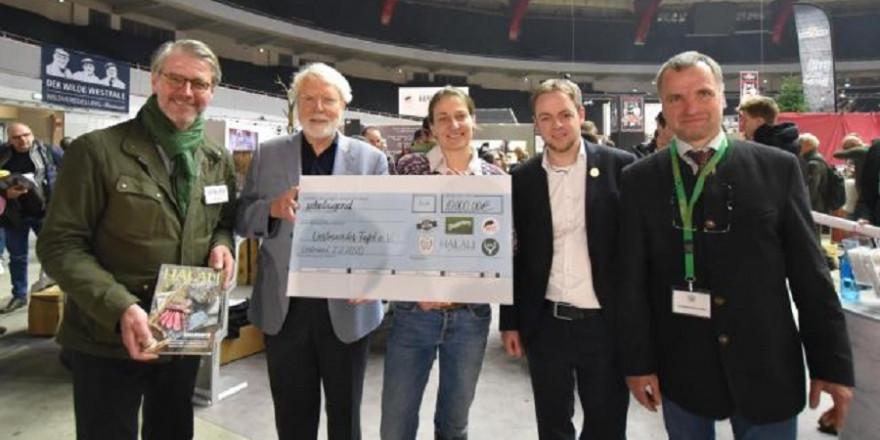 Oliver Dorn, Dr. Horst Röhr, Anna Martinsohn, Tobias Schmitz, Andreas Schneider bei der Scheckübergabe (Quelle: Kapuhs/DJV)
