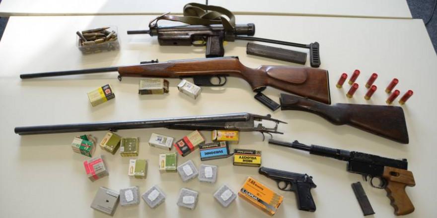 Im Schlafzimmer eines Mannes wurden die Ermittler fündig und beschlagnahmten insgesamt fünf Waffen, darunter eine Maschinenpistole aus dem 2. Weltkrieg. (Foto: Kreispolizeibehörde Rhein-Sieg-Kreis)