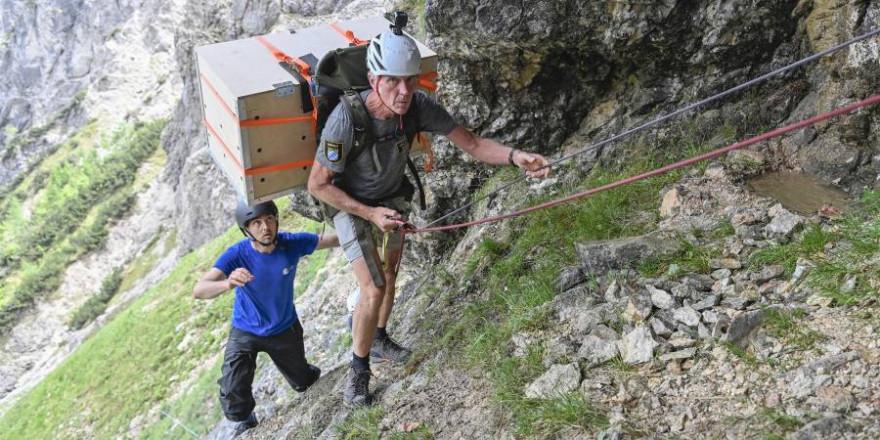 Der Nationalparkranger David Schuhwerk am Seil (Foto: Hansruedi Weyrich/LBV)