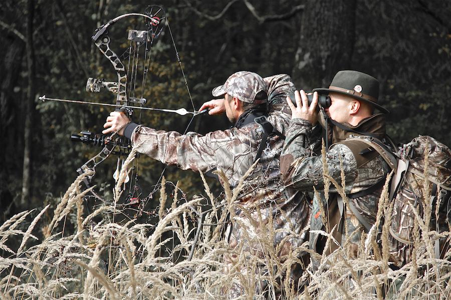 Zwei Jäger mit Pfeil und Bogen.