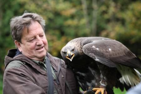 Wolfgang Schreyer, einer von 2000 Falknern in Deutschland (Foto: DMAX)