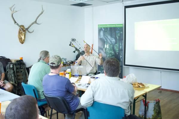 Jan Riedel vermittelt den Lehrgangteilnehmern theoretische Kenntnisse über Pfeile und Bogen (Foto: DBJV)