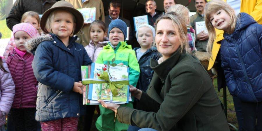 """Dr. Antje Heberling, Vorstandsmitglied der Kreisjägerschaft übergab Anni Kemper das lehrreiche Bücherpaket im Rahmen des neuen KJS-Projekts """"Grünes Herz- entdecke mit uns die Natur (Foto: KJS Warendorf)"""