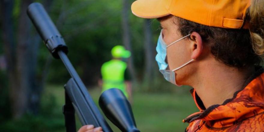 Ein Jäger mit Mund-Nase-Schutz (Foto: LJV RLP)