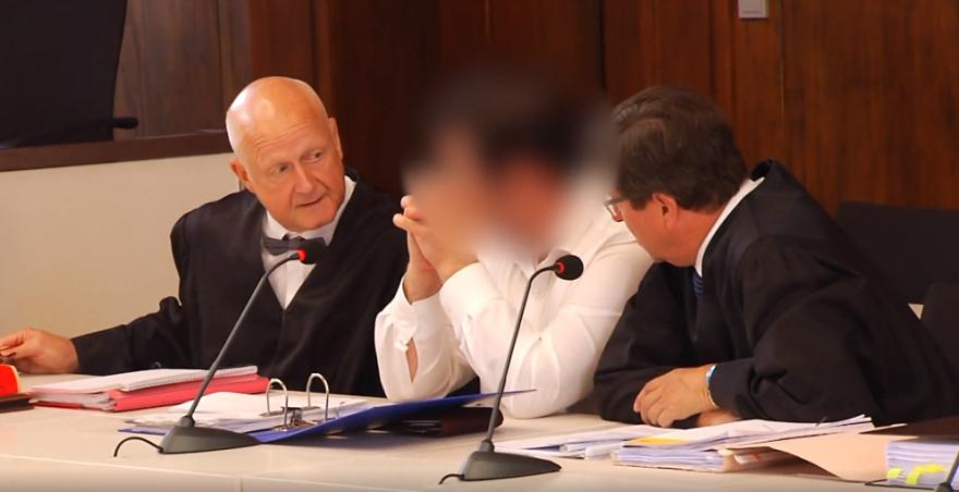 Der Angeklagte mit seinen Verteidigern bei der Urteilsverkündung (Quelle: Screenshot TVA)