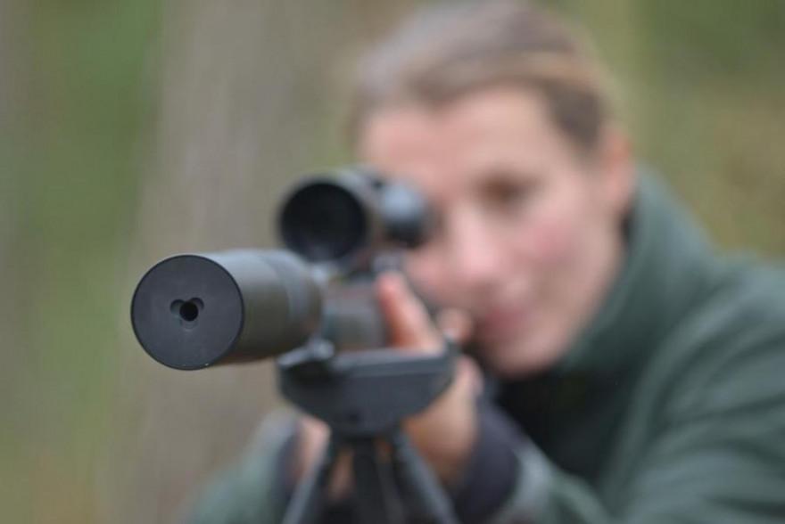 Jägerin mit Schalldämpfer