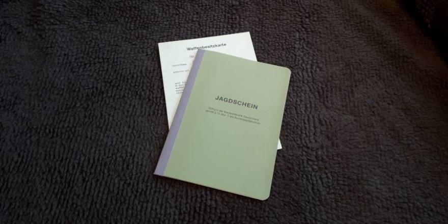 Jagdschein und Waffenbesitzkarte (Foto: mlz)