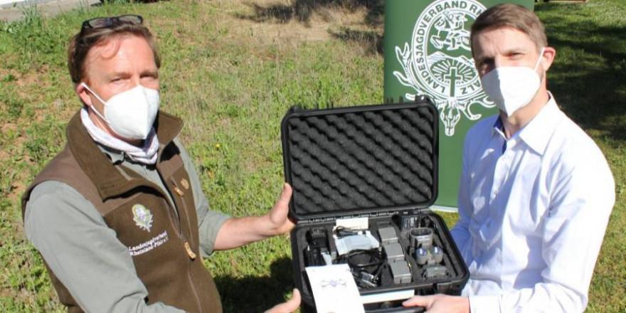 Wildmeister Christoph Hildebrandt, Leiter der LJV-Landesjagdschule (li.) nimmt die Drohne von Medialine COO Stefan Hörhammer (re.) in Gensingen entgegen. (Foto: LJV RLP)