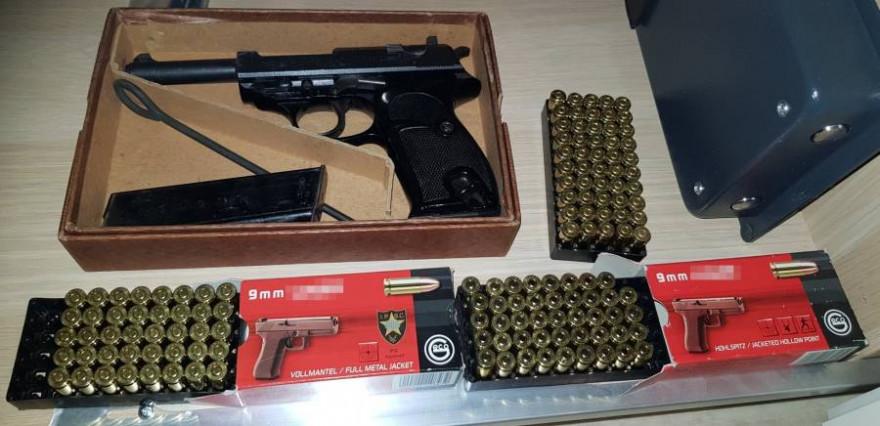 Eine bei einer Durchsuchung sichergestellte Pistole samt Munition (Quelle: ZFA Frankfurt am Main)