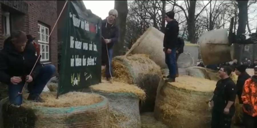 Vor deren Landesgeschäftsstelle bieten Landwirte dem NABU Futter und Know-how für die Versorgung der Koniks an (Screenshot aus Whatsapp-Video)