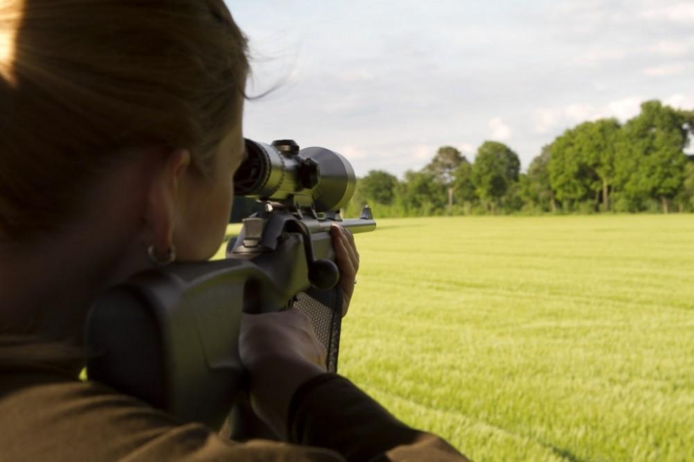 Jägerin mit Waffe