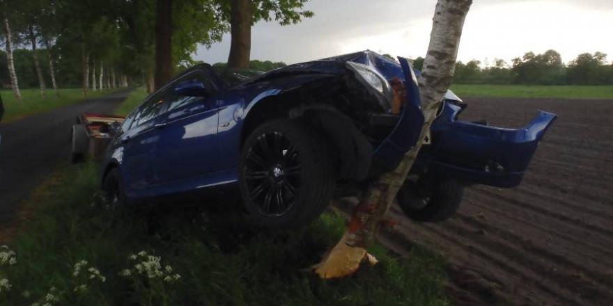 Der beschädigte BMW nebst Anhänger (Foto: Polizei)