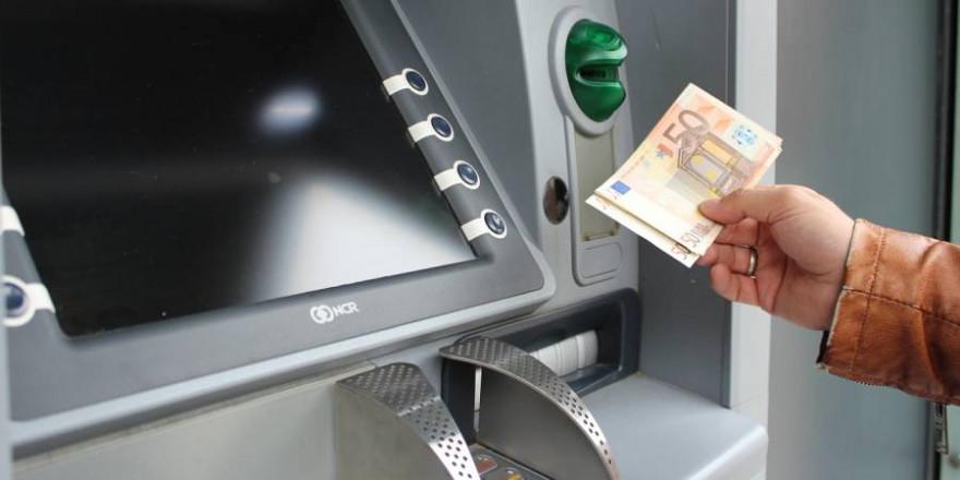 Banken auf dem Land werden immer häufiger durch schiere Geldautomaten ersetzt. (Symbolbild: Pixabay)