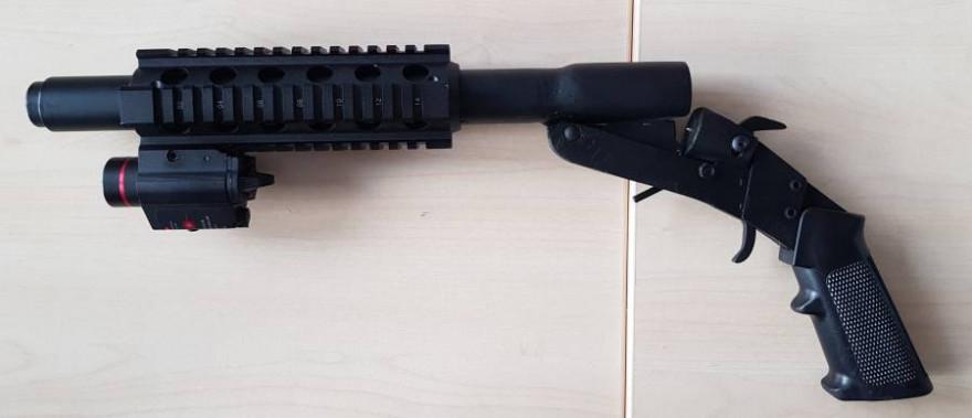 Eine bei einem Tatverdächtigen sichergestellte selbstgebaute Schrotflinte mit verbotener Laserzielbeleuchtung (Quelle: ZFA Frankfurt am Main)