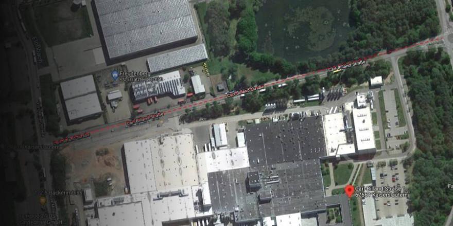 Auf der Carl-Billand-Straße, mitten in einem Industriegebiet, fütterte eine Frau Wildschweine mitten auf der Fahrbahn (Screenshot: GoogleMaps)