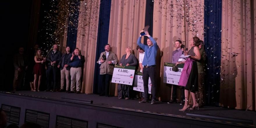 Sophie Award Trophäe in den Händen von Felix Kuwert beim ersten Sophie Award in Berlin (Quelle: Recklinghausen/DJV)