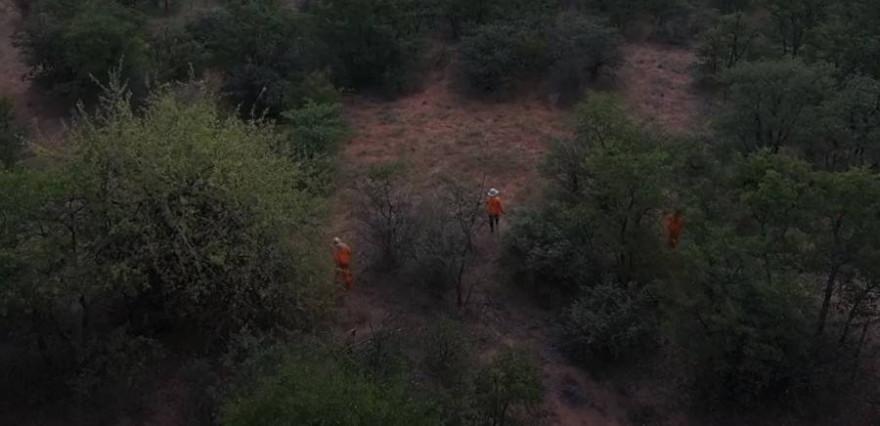 Die Treiberwehr rekrutiert sich aus Bewohnern der umliegenden Dörfer, die glücklich über diese Arbeitsmöglichkeit sind (Screenshot YouTube)