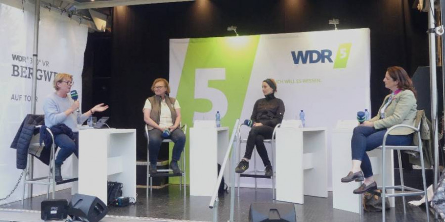Vlnr.: Moderatorin Judith Schulte-Loh, Wildbiologin Dr. Christine Miller, PETA-Repräsentantin Nadja Michler und LJV-Präsidentin Nicole Heitzig. (Foto: LJV NRW)