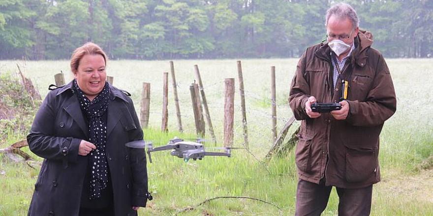 Ministerin Heinen-Esser lässt sich eine Drohne zeigen. (Foto: MULNV NRW)