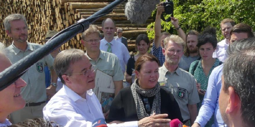 Ministerpräsident Armin Laschet und Umweltministerin Ursula Heinen-Esser informierten sich am Donnerstag, dem 25.07.209 vor Ort im Waldgebiet