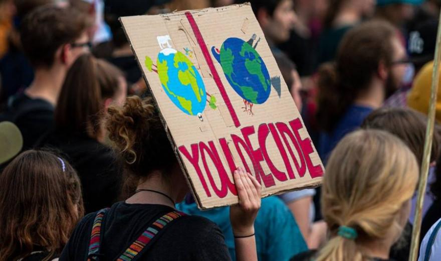 """Coverbild der """"Jugend-Naturbewusstseinsstidie 2020"""": Zu sehen ist eine Demonstration von Jugendlichen (Foto: Dominic Wunderlich)"""