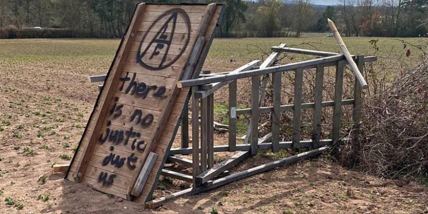 """Auf mehreren zerstörten Ansitzeinrichtungen wurde das Logo oder der Schriftzug """"ALF"""" vorgefunden. Die Polizei schließt daher Tatzusammenhänge mit zurückliegenden ähnlich gelagerten Fällen derzeit nicht aus. (Foto: privat)"""