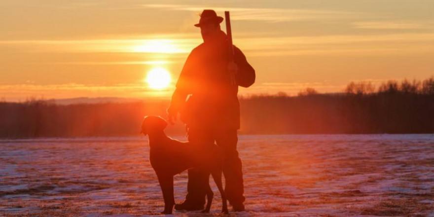 Jäger mit Hund und Flinte im Winter (Foto: vik898)