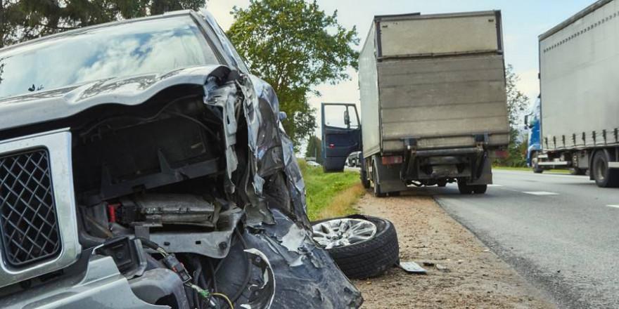 Die 56-Jährige konnte nicht mehr rechtzeitig bremsen und fuhr in den Transporter (Beispielbild: JTeivans)