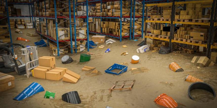 Inneneinrichtung eines Lagers voller Waren, die durch eine Flut von Wasser und Schlamm beschädigt wurden (Symbolbild: iStock/tiero)