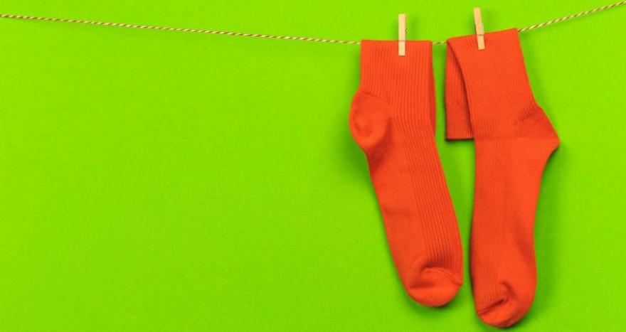 Zwei rote Socken an einer Wäscheleine (Symbolbild: Fototocam)